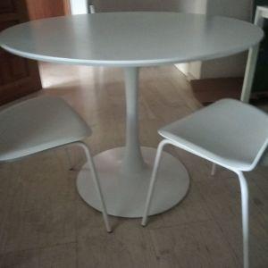 Τραπέζι με δύο καρέκλες