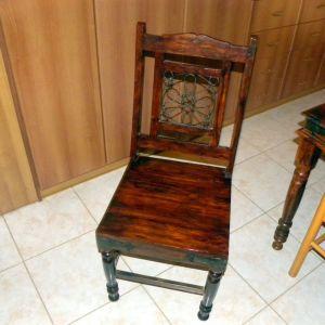 Τραπέζι ξύλινο Καραγάτση αντικέ με δύο καρέκλες
