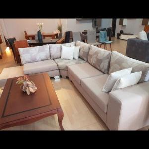 πωλείται άμεσα λόγω μετακόμισης στο εξωτερικό: Γωνιακός Αδιάβροχος Καναπές με αποσπωμενα καλύμματα και τραπεζάκι.