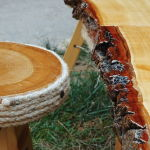 Τραπεζάκι με δύο σκαμπό από μασίφ ξύλο.