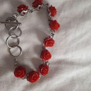 Βραχιολάκι με κόκκινα τριαντάφυλλα