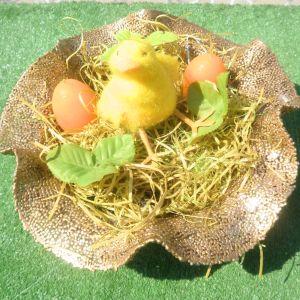 Πιατέλα σαγρέ πασχαλιάτικη με πρασινάδα, δυο αυγά -κεράκια, και πουλάκι.