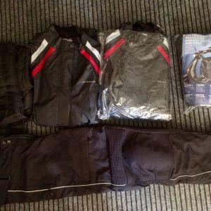 Πωλούνται αξεσουάρ μοτοσυκλετιστή: 1) Ποδιά, 2) Δύο ολόσωμες φόρμες αδιάβροχες, 3) Παντελόνι.