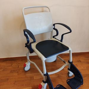 Αναπηρικό Αμαξίδιο Μπάνιου (σε άριστη κατάσταση)  Αμαξίδιο μπάνιου, Τροχήλατο, Κατασκευασμένο από ελαφρύ πλαστικό.