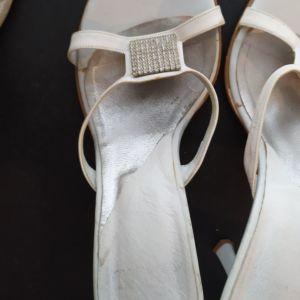 Πέδιλα λευκά με κόσμημα ζιργκόν