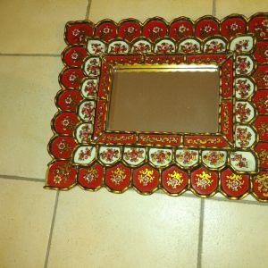 καθρεφτης ξυλινος με γυαλινες λεπτομεριες ζωγραφισμενες με λουλουδια