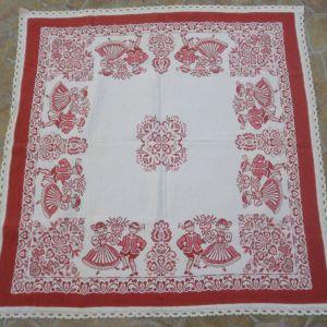 Σεμέν χειροποίητο λαογραφικό, παραδοσιακό σε κόκκινο χρώμα με δαντέλα,  σπάνιο κομμάτι, διαστάσεων 90χ90 εκ.