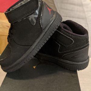 Αθλητικά βρεφικά Jordan Nike μαύρα