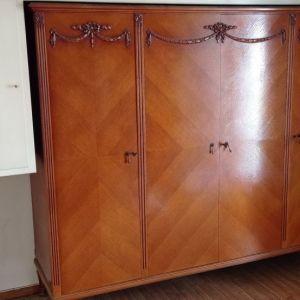 Ντουλάπα vintage 60s μασίφ οξιά καπλαμαρισμλενη με ανάγλυφα σχέδια σε πολύ καλή κατάσταση