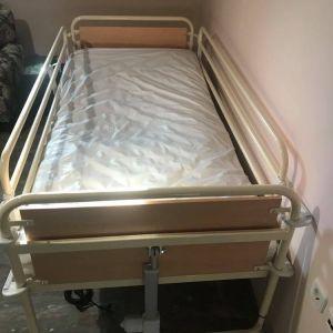 Νοσοκομειακό κρεβάτι πολύσπαστο ηλεκτρικό  με αερόστρωμα, αδιάβροχο κάλυμμα και φυλάχτρες. Τιμή 500€