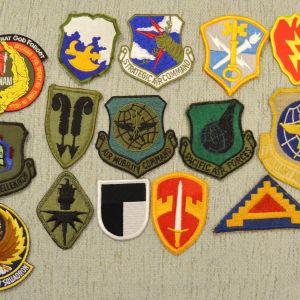 Είκοσι ένα (21) διακριτικά στολής του Αμερικανικού Στρατού διαφόρων περιόδων (40 ευρώ)