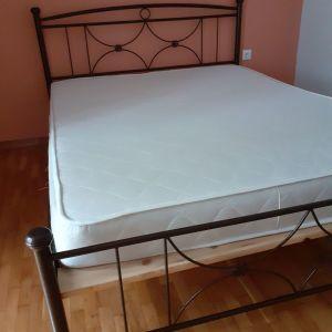 Διπλό μεταλλικο κρεβάτι με στρώμα. Ελαφρώς μεταχειρισμένο.
