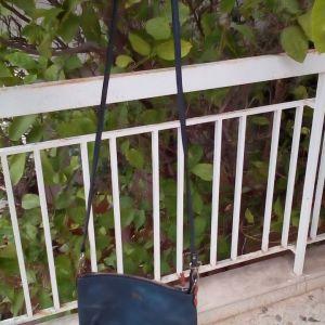 Δερμάτινη τσάντα ΚΕΜ μπλε με μακρύ λεπτο λουράκι