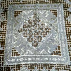 Δύο πολύ όμορφα και διαφορετικά τετράγωνα πετσετακια 40Χ40. Σε λινό μπεζ με μεταξωτή κλωστή στο ίδιο χρώμα