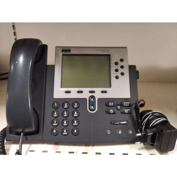tilefoniko kentro Cisco . mia siskevi Cisco 7900 IP Phone me egchromo LCD ke plithos epangelmatikon charaktiristikon ke 5 siskeves SPA922 Linksys me monochromi othoni, dinatotita trimeris sinomilias.