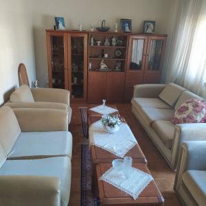 Σαλόνι με 2 καναπέδες, 2 πολυθρόνες και τραπεζάκια - 2 μικρότερα και ένα μεγαλύτερο.