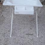 μπανακι με μεταλλική βάση στήριξης ψηλή και χώρους για σφουγγάρι και αφρόλουτρο.