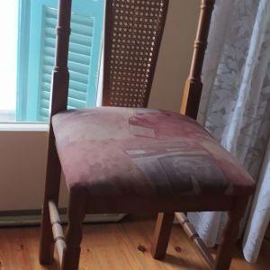 2 ξύλινες καρέκλες