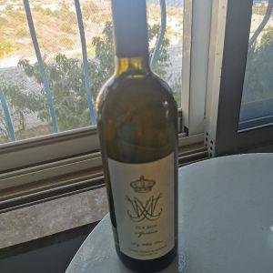 Συλλεκτικό κρασί από τον γάμο του πρίγκιπα Νικόλαου του γιού του τέως βασιλιά Κωνσταντίνου με τα αρχικά των ονομάτων τους που έγινε στης Σπέτσες.