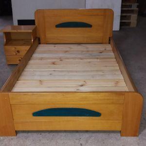 Μονό κρεβάτι με ανατομικό στρώμα και το κομοδίνο του
