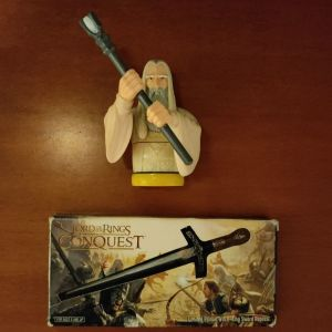 """Witch-king Sword Replica Limited Edition από """"Lord of the Rings Conquest"""" και φιγούρα saruman"""