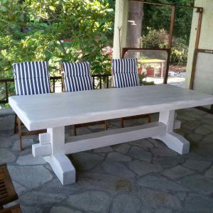 Τραπέζια από ξύλο και μέταλλο σε μοναστηριακό στιλ