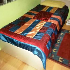 μονό κρεβάτι, με δεύτερο από κάτω και μικρή βιβλιοθήκη