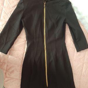 μαύρο φόρεμα με χρυσές λεπτομέρειες