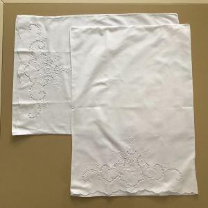 Ζεύγος λευκές μαξιλαροθήκες με κοφτό κέντημα στο πάνω μέρος - διαστάσεις 64x45 εκατ.