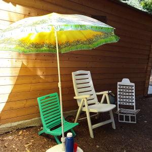 Σετ 3 καρέκλες πτυσσόμενες παραλίας, δώρο η βάση ομπρέλας. Όπως ακριβώς το βλέπετε στην φωτο. Σε αψωγη κατάσταση.