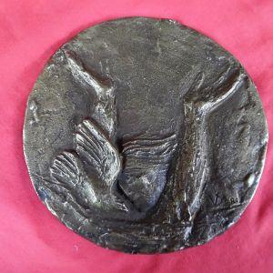Μασίφ μπρούτζινο γλυπτό αφιερωμένο στη μνήμη του Γρηγορίου Λαμπράκη.