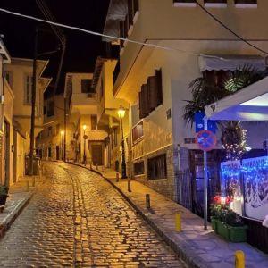 Στην Θεσσαλονίκη, στην ιστορική περιοχή Τσινάρι Άνω Πόλη, Πωλείται οικόπεδο 100 τ.μ.