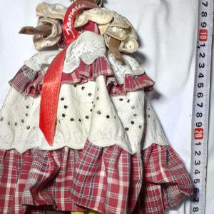 συλλεκτικη από Τζαμάικα εστεμενη κούκλα με παραδοσιακή φορεσιά εποχής