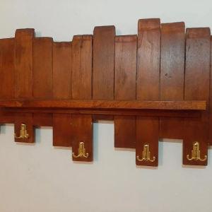 Χειροποίητο ραφάκι τοίχου με πέντε κρεμάστρες στο κάτω μέρος